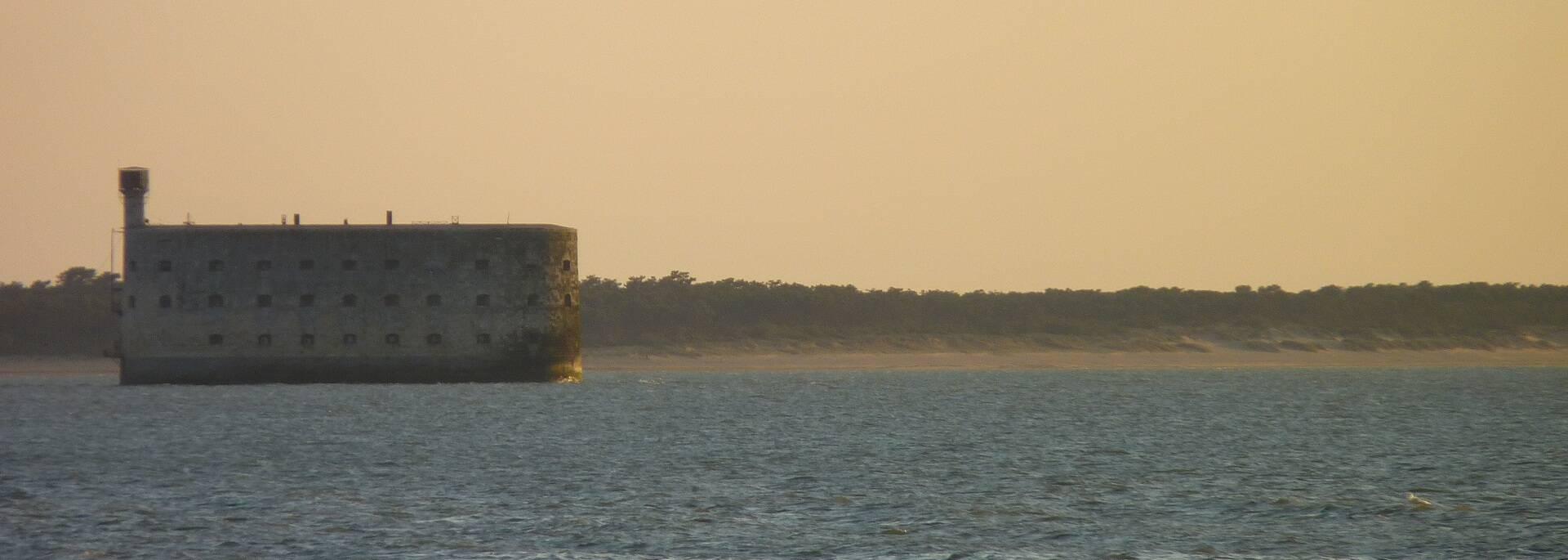 Fort Boyard mit dem Strand Les Saumonards im Hintergrund