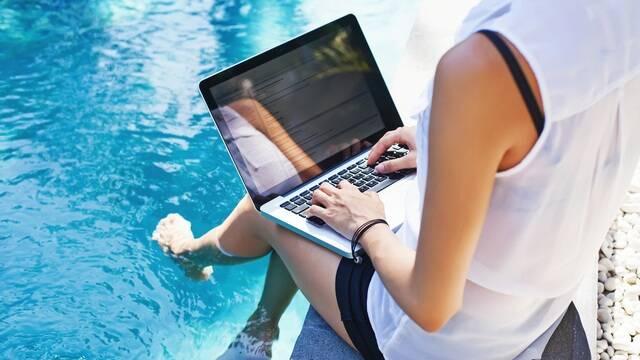 Personne travaillant au bord d'une piscine - ©Shutterstock