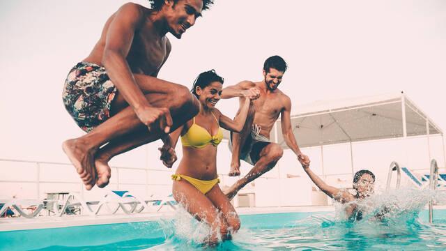 Amis au bord d'une piscine de camping - ©Shutterstock