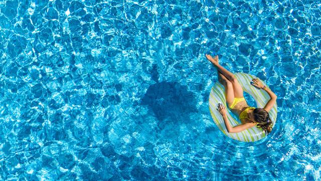 Baignade dans une piscine - ©Shutterstock