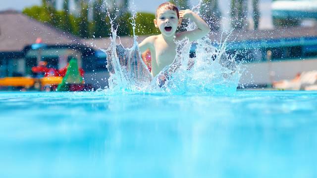 Kind im Schwimmbecken