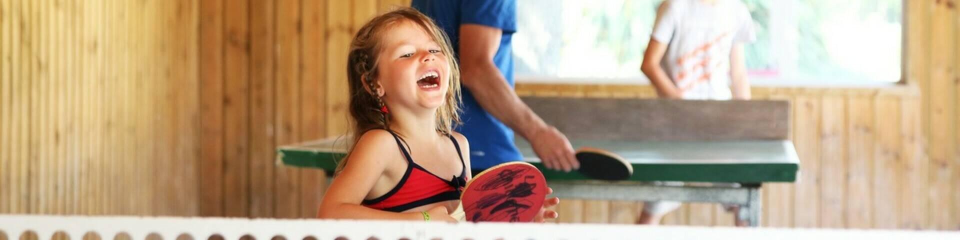 Kleines Mädchen am Pingpong-Tisch