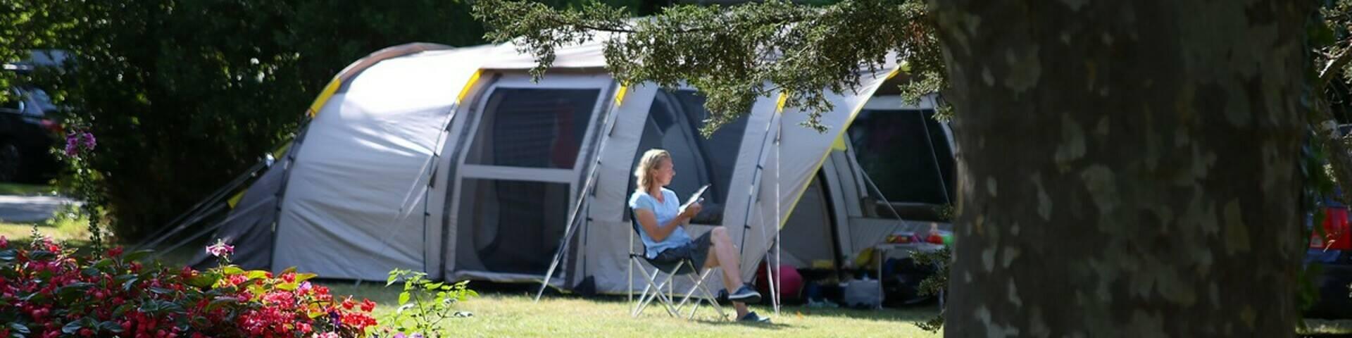 Ferienlektüre vor dem gemütlichen Zelt