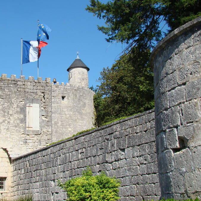Die mittelalterliche Stadtmauer von Surgères © Cécile TRIBALLIER / CMT